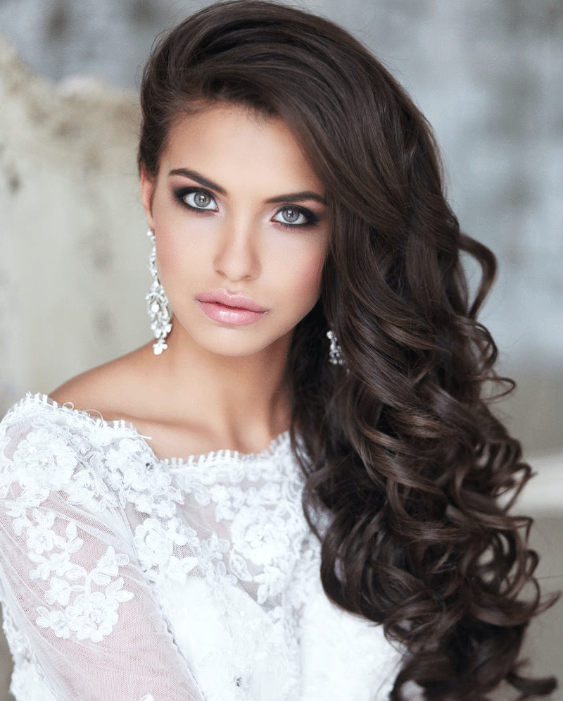 Long şayered hairstyles with white dresses and black hair color