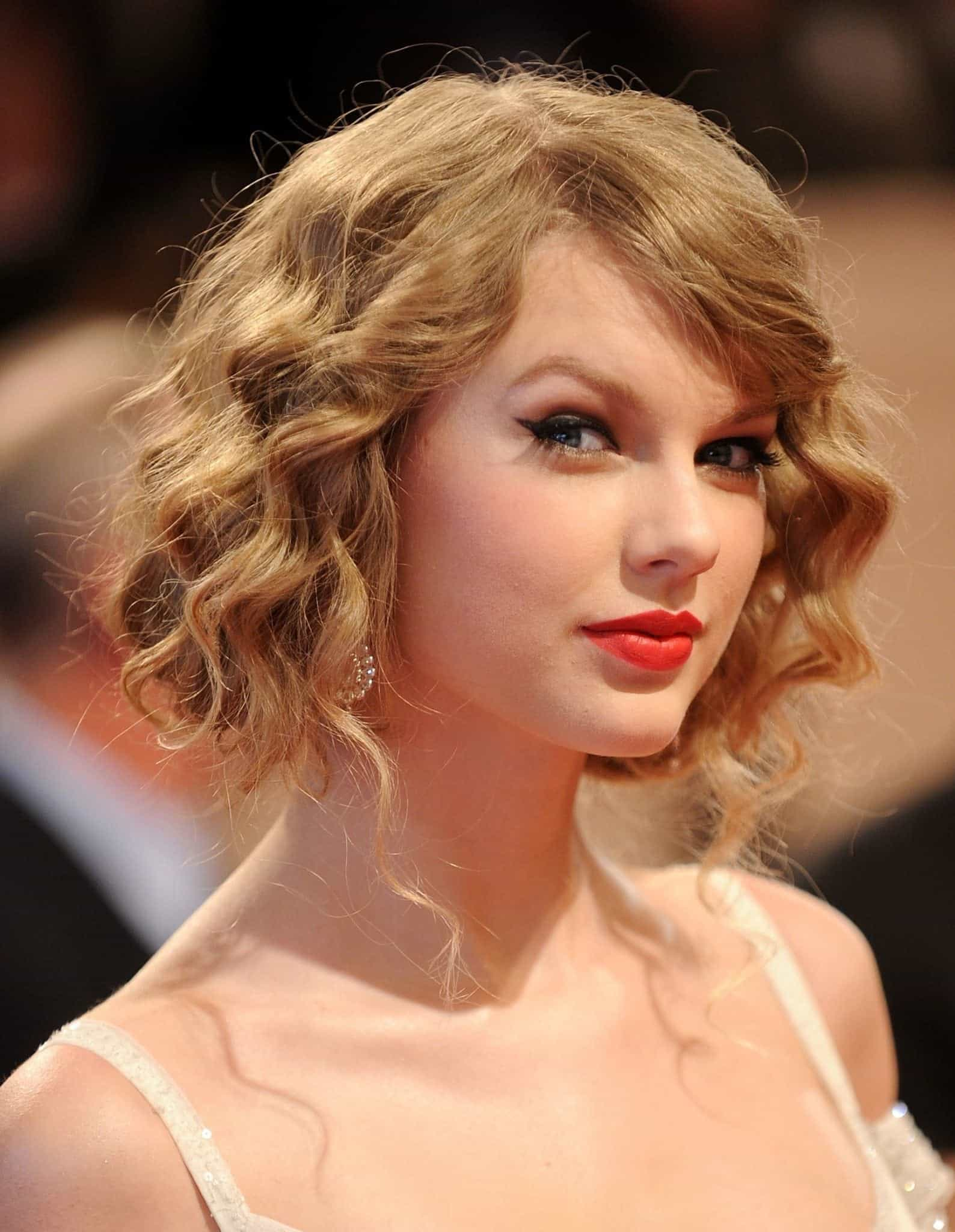 TAYLOR SWIFT Short messy hairstyles with bun