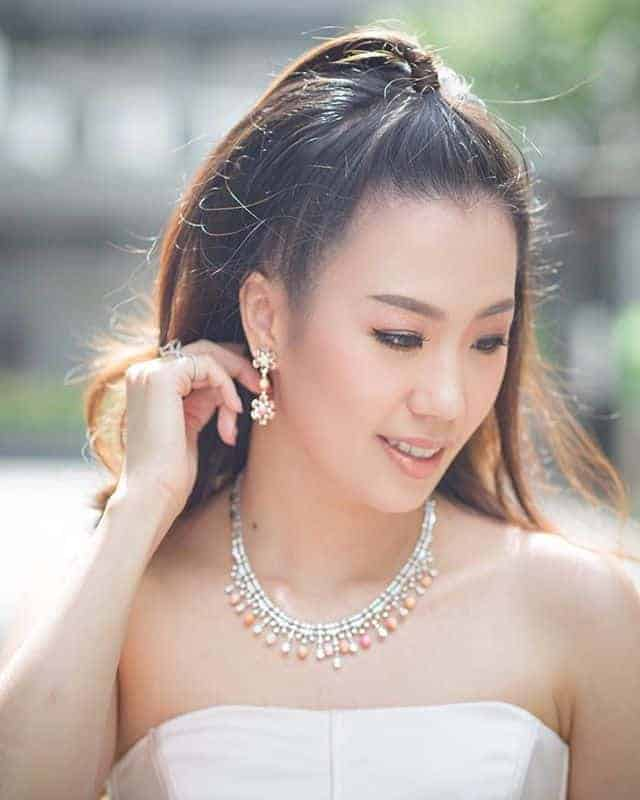 Diamond necklaces for Asian women