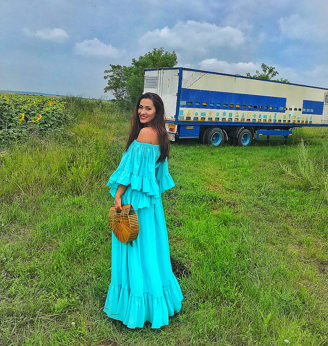 Long turquoise dress model with piled