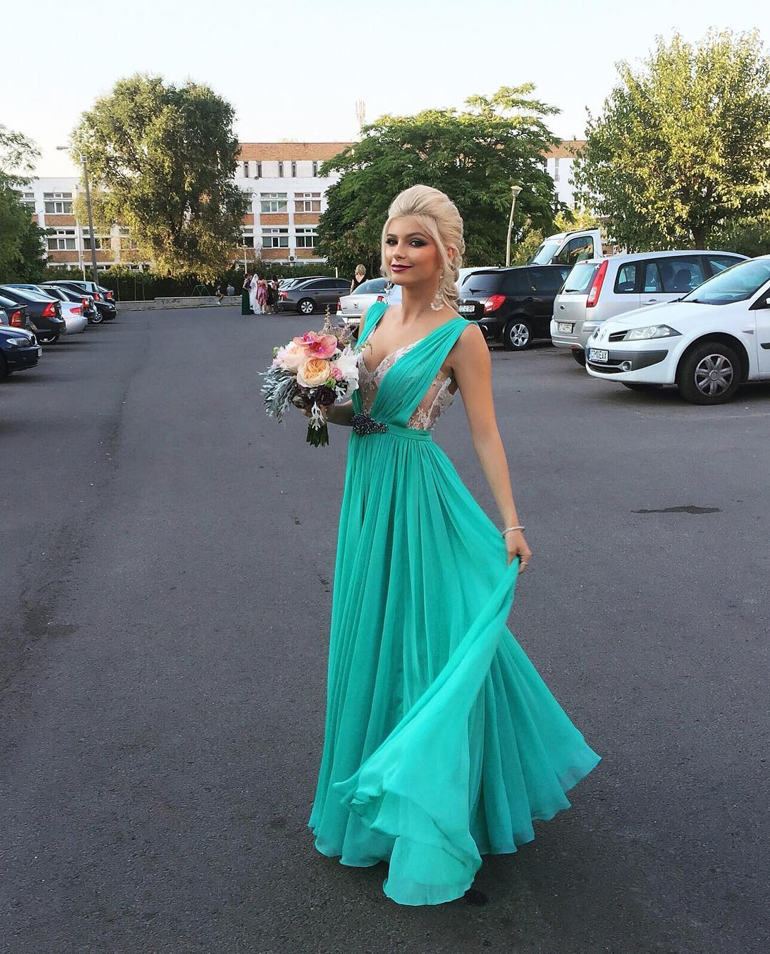 Bridesmaid Long turquoise dresses with bouquet