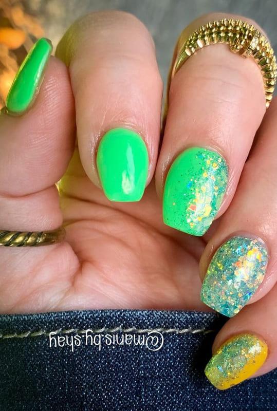 Short coffin acrylic glitter nails